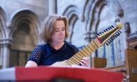 Elizabeth Kenny gets accustomed to the orpharion's squinty frets (photo: Alex Woodward)